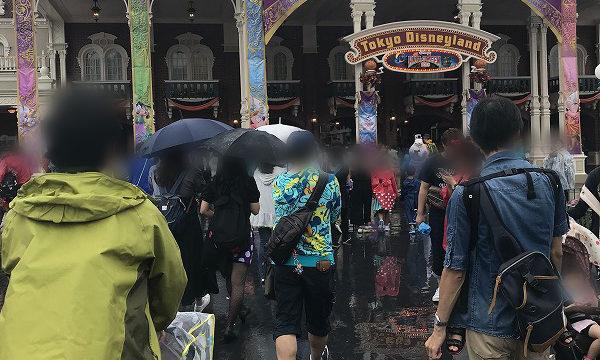 雨の日のワールドバザール入口の人混み(開園30分後)