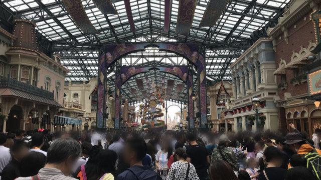 雨の日のワールドバザールの人混み(開園30分後)